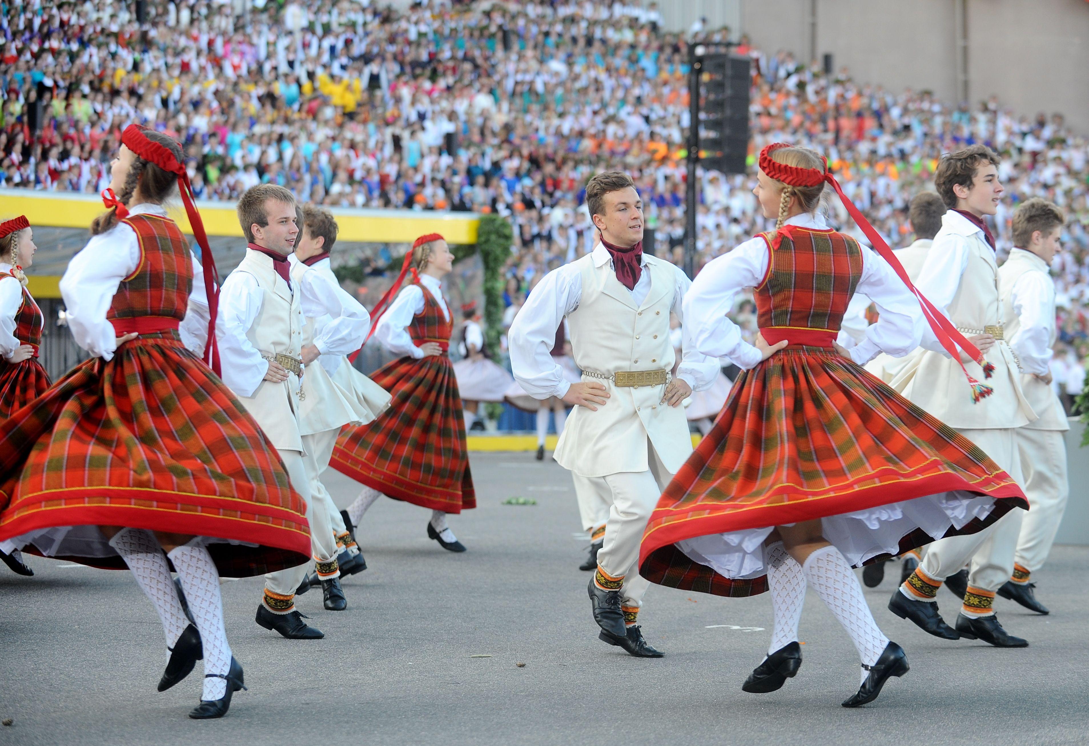 """XI Latvijas skolu jaunatnes dziesmu un deju svētku noslēguma koncerts """"Manā dziesmā tu…"""" Mežaparka Lielajā estrādē."""