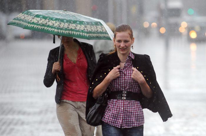 Sievietes negaisa laikā.