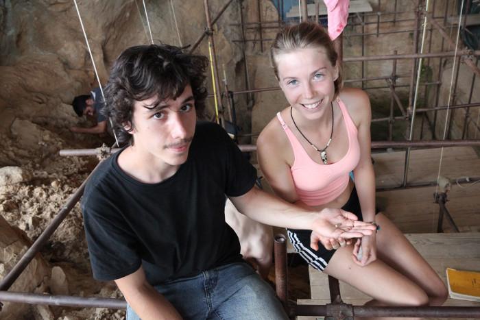Studenti Kamilla Žakē un Valentīns Lošē ar atradumu.