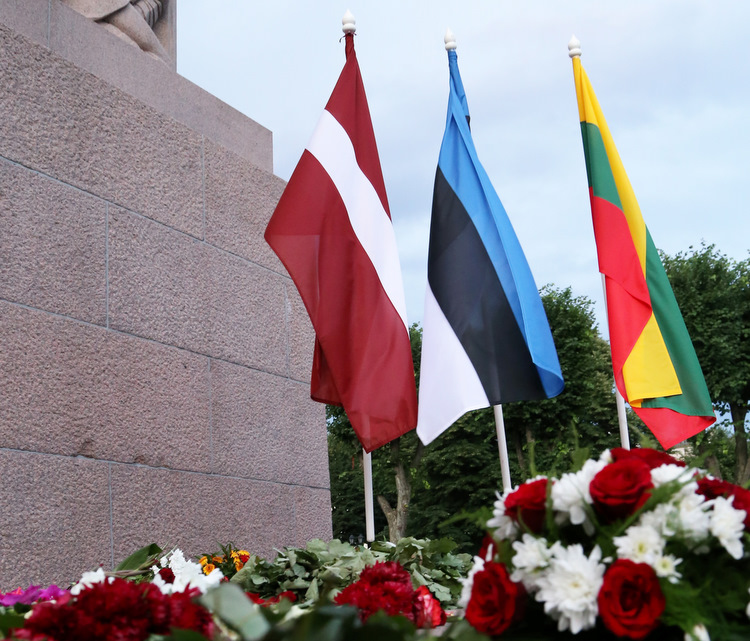 Baltijas valstu karogi.