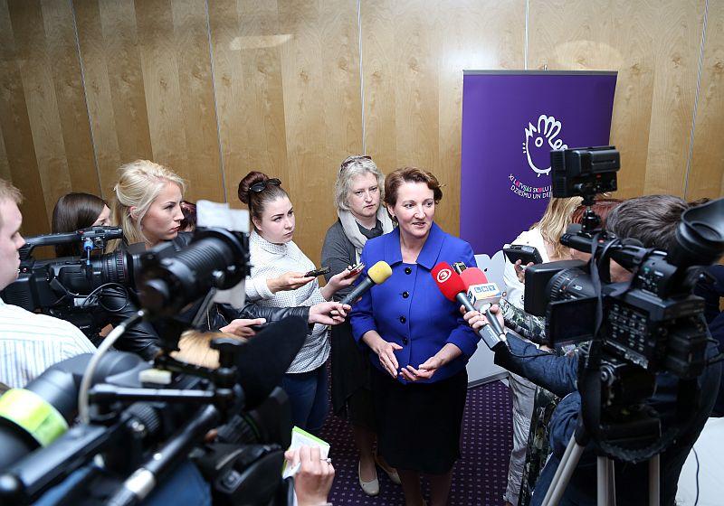 Izglītības un zinātnes ministre Mārīte Seile atbild uz žurnālistu jautājumiem pēc XI Latvijas Skolu jaunatnes dziesmu un deju svētku noslēguma preses konferences.