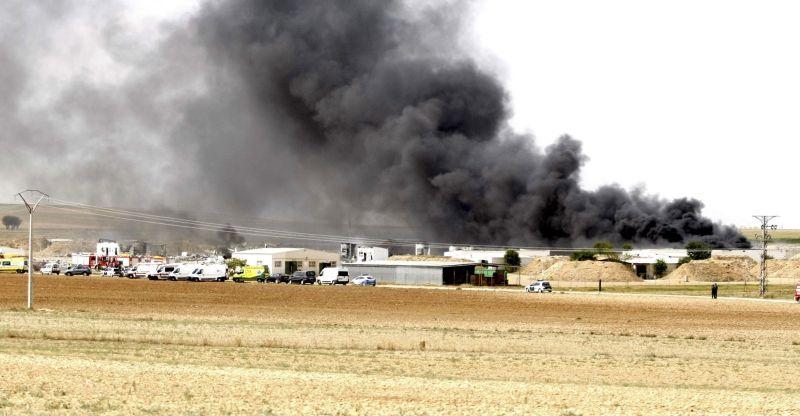 Dūmi pēc sprādziena pirotehnikas ražotnē Spānijā.