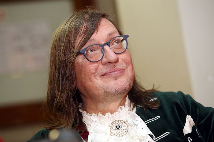 """Komponists Juris Kulakovs piedalās preses konferencē, kurā informē par koncertzāles """"Rīga"""" jauno sezonu."""