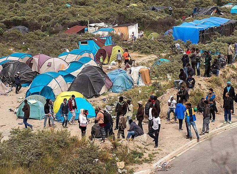 """Nelegālo imigrantu pagaidu nometne """"Jaunie džungļi"""" Francijas ostas pilsētā Kalē, netālu no Eirotuneļa, kurš savieno Franciju ar Britāniju."""