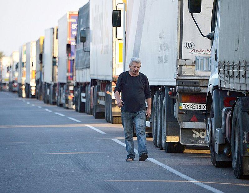 Pie robežpunkta Kalančakā dīkstāvē stāv simtiem kravas automašīnu.