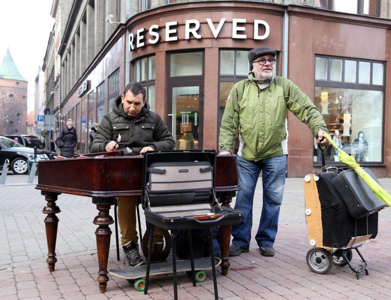 Daudziem profesionāliem Latvijas mūziķiem sociālā neaizsargātība nav atstājusi citu izvēli kā arī ziemās muzicēt uz ielas.