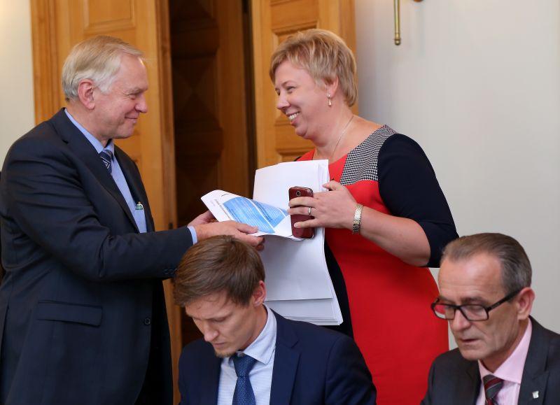Zaļo un zemnieku savienības Saeimas frakcijas priekšsēdētājs Augusts Brigmanis (no kreisās), Saeimas deputāts Rihards Kols, Iekšlietu ministrijas valsts sekretāre Ilze Pētersone-Godmane un tieslietu ministrs Dzintars Rasnačs pirms koalīcijas partiju sadarbības padomes sēdes par ārkārtas Ministru kabineta sēdes darba kārtību, kurā ministriem jāvienojas par pozīciju bēgļu jautājumā.