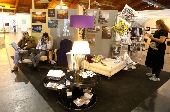 """Rīgas starptautiskā dizaina izstāde """"Design Isle 2015"""" Ķīpsalas izstāžu hallē."""