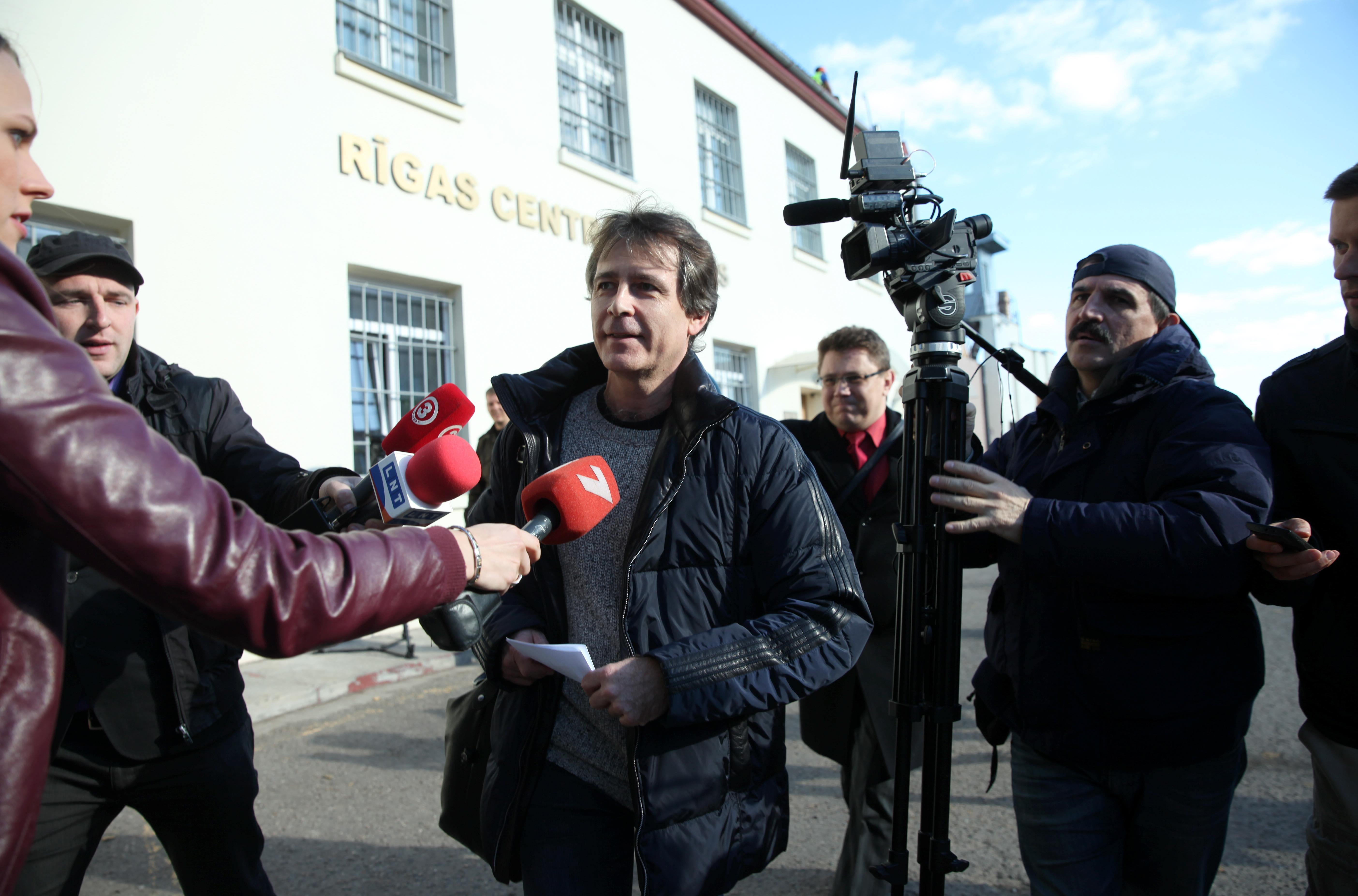 """Kukuļņemšanā aizdomās turētais bijušais uzņēmuma """"Latvijas Dzelzceļš"""" valdes priekšsēdētājs Uģis Magonis pamet Rīgas Centrālcietumu, pēc tiesas lēmuma – atbrīvot viņu pret 400 000 eiro drošības naudu."""