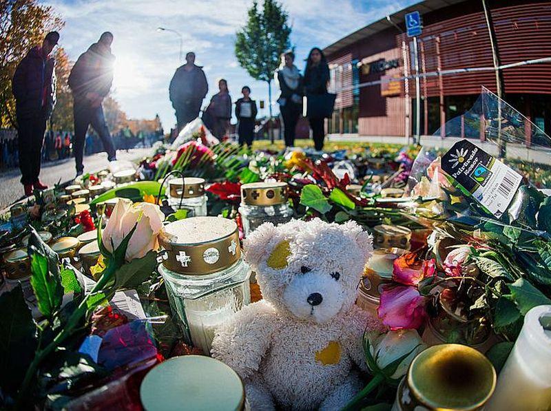Ziedi un svecītes pie skolas Trolhetanā. Dienu pēc traģēdijas arī citās Zviedrijas pilsētās notika piemiņas pasākumi upuru piemiņai – dedzinātas svecītes un aizlūgts par traģēdijas upuriem.