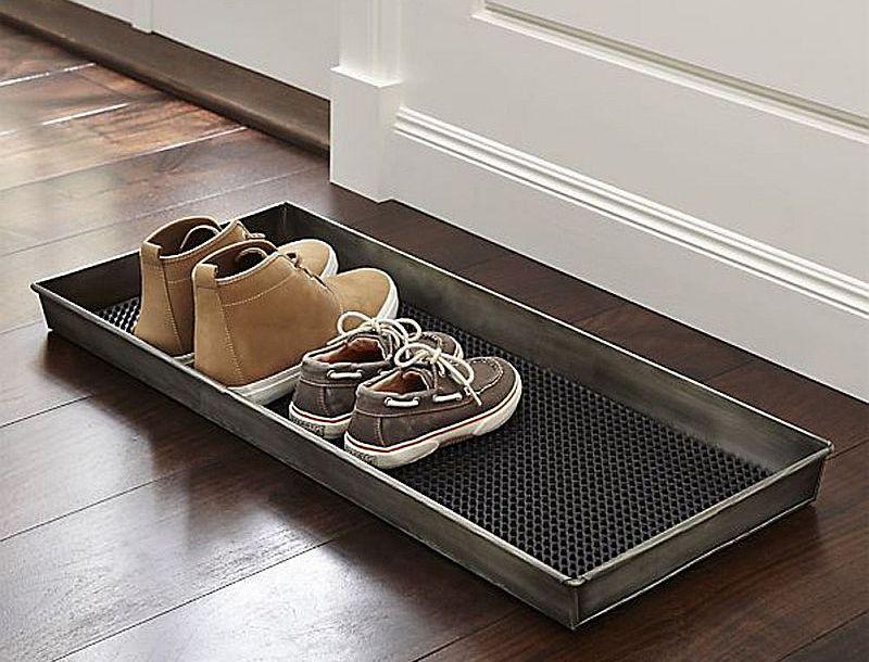 Kājslauķi vanniņas lieliski kalpo arī par slapju apavu un lietussargu novietni.