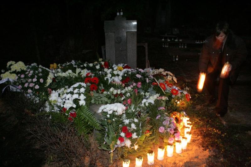Īrijā nogalinātās Baiba Saulītes apbedīšana Rīgas I Meža kapos.