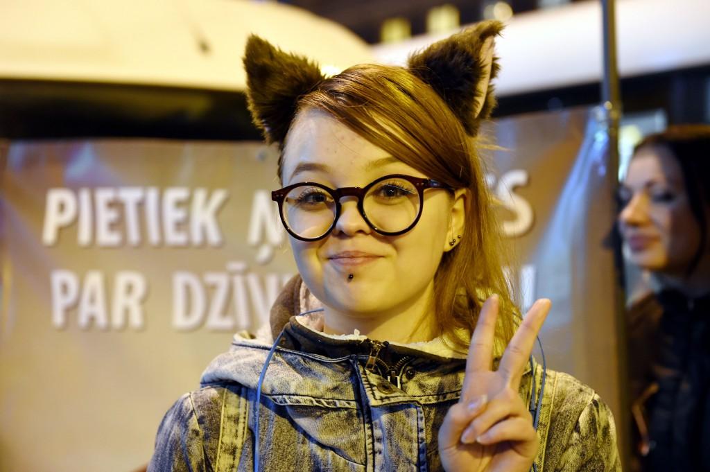 Akcijas dalībnieki pie Rīgas cirka protestē pret dzīvnieku izmantošanu cirka izrādēs.