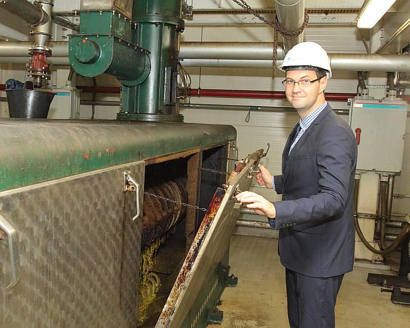 """""""Biodīzeļdegvielas ražošana ir tikai viens no mūsu darbības virzieniem. Cita starpā ražojam rapša eļļu, gadā varam saražot 35 000 tonnu,"""" skaidro Zigurds Erciņš, stāvot pie eļļas spiestuves iekārtām."""