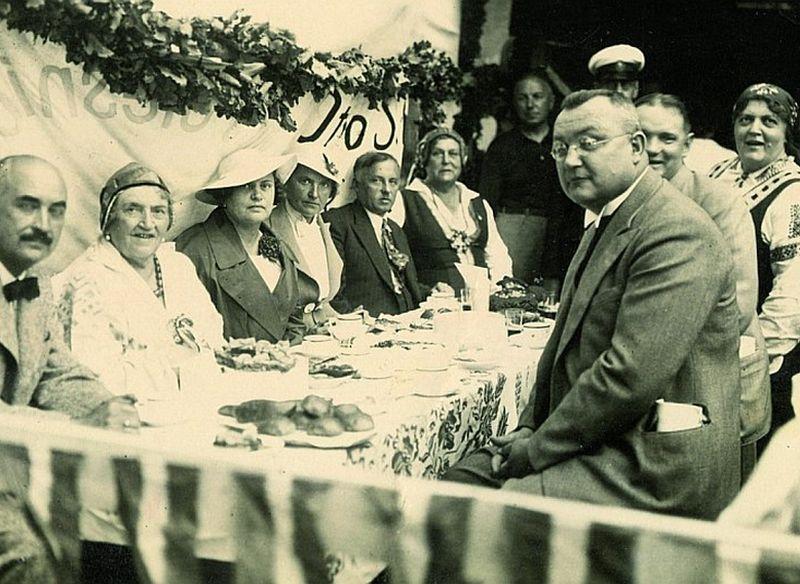 Gothards Caucis (labajā pusē) kādā pasākumā 30. gados. Caucis bijis ļoti pedantisks un stingrs vīrs, taču, kā liecina viņa memuāri, ar lieliskiem literāta dotumiem un labu humora izjūtu.