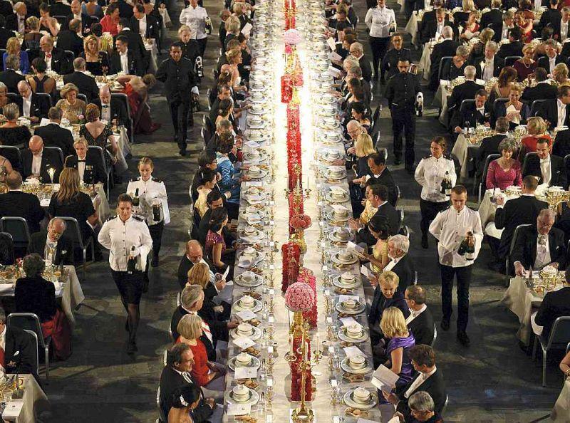 Nobela bankets Stokholmas mērijas zālē, kur pie vidējā galda sēž goda viesi.