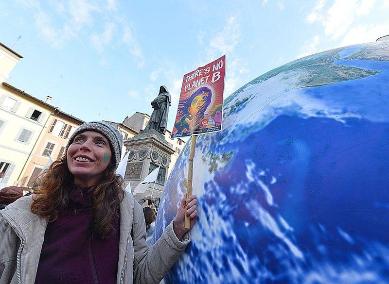 """Romā vides aizstāvji rīkoja mītiņu ar saukli """"Nav planētas B"""", mudinot Parīzes konferences dalībvalstis pieņemt vēsturisku lēmumu cīņā pret globālo sasilšanu."""