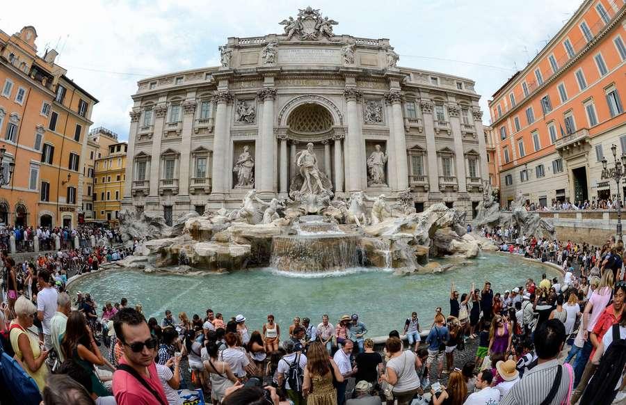 STRŪKLAKA. Romas centrā tūristi atkal var pulcēties pie Trevi strūklakas, kas pēc ilgstoša remonta atklāta apskatei 2015.gada 3. novembrī.
