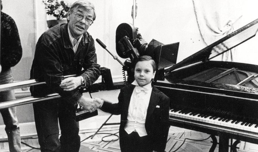 """Režisors Varis Brasla, Brīnumbērns Raimonds – Kaspars Ādamsons un Brīnumbērna mamma – Indra Burkovska 1993. gadā """"Ziemassvētku jampadrača"""" filmēšanā… un atkal satiekoties šā gada decembrī."""
