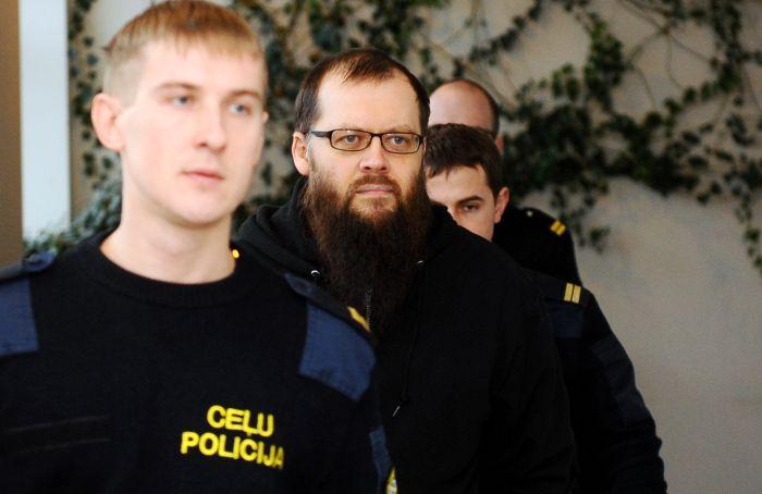 """Apsūdzētais """"Rīgas satiksmes"""" darbinieks, kurš apsūdzēts par 42 seksuāliem noziegumiem pret 20 meitenēm, tiek konvojēts uz Rīgas pilsētas Vidzemes priekšpilsētas tiesas sēdi"""