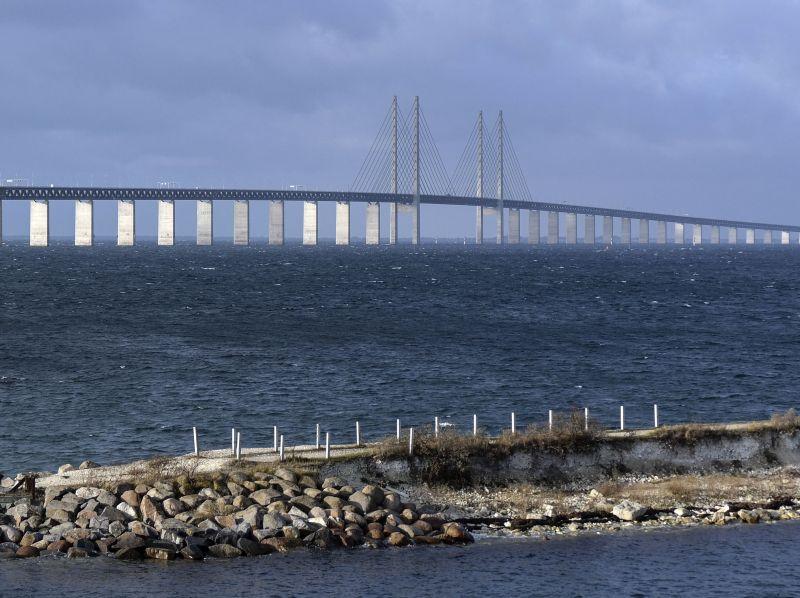 """Zviedrijas valsts dzelzceļa firma """"SJ"""" paziņojusi, ka no nākamā gada 4. janvāra apturēs satiksmi pa Eiropas garāko auto un dzelzceļa tiltu – tuneli, kas savieno Kopenhāgenu Dānijā ar Malmi Zviedrijā, jo nespēj veikt pasažieru identitātes pārbaudi."""