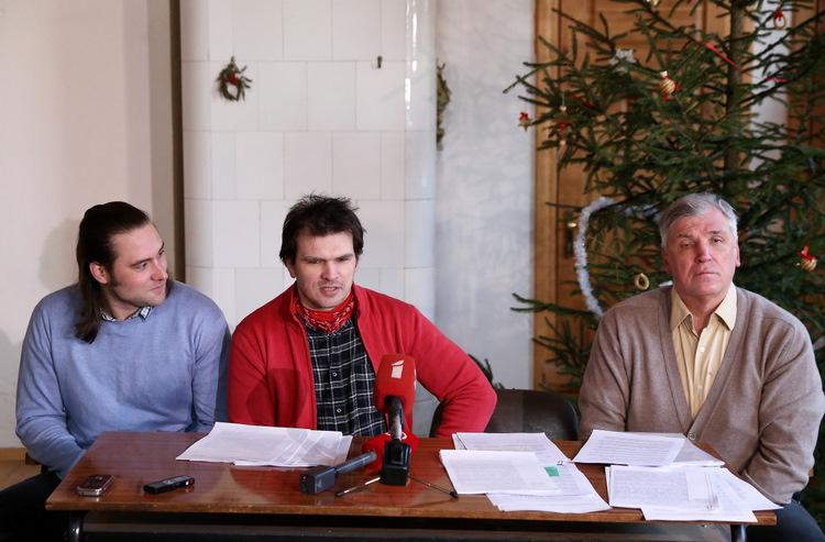 """Biedrības """"13.janvāris"""" pārstāvji – Ivars Saksons (no kreisās), valdes loceklis Ansis Ataols Bērziņš un Ivars Redisons piedalās preses konferencē, kas veltīta Latvijas tiesu un Valsts probācijas dienesta darbībai."""