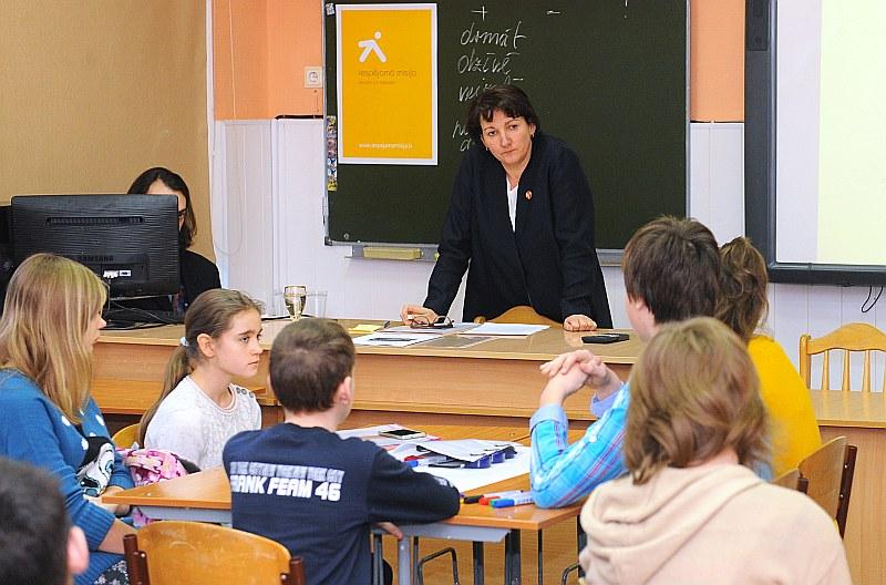 """Ko vadīt grūtāk – mācību stundu vai ministriju? Attēlā: izglītības un zinātnes ministre Mārīte Seile iedvesmo mācībām Rīgas 22. vidusskolas audzēkņus izglītības programmas """"Iespējamā misija"""" ietvaros."""
