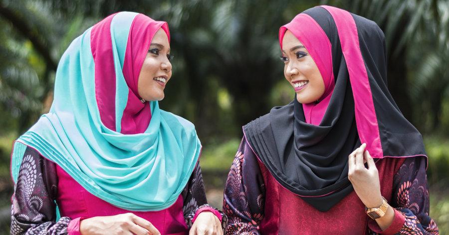 Hidžābs. Darbības vārds hijab nozīmē apģērbties, apsegties. No visiem musulmaņu sieviešu tērpiem, īpaši Rietumos, tieši hidžābs ir visplašāk izplatītais. Tas parasti nav nekas vairāk kā ap galvu aptīta šalle, nosedzot matus un kaklu. Hidžābam nav noteikta dizaina vai krāsas. Hidžābs sievietēm ir duālas brīvības simbols – gan lai apliecinātu, ka nav vajadzības pēc sejas aizsega (Ēģiptē), gan pretēji valsts noteiktajai kārtībai parādītu savu piederību Islāmam (Turcijā).