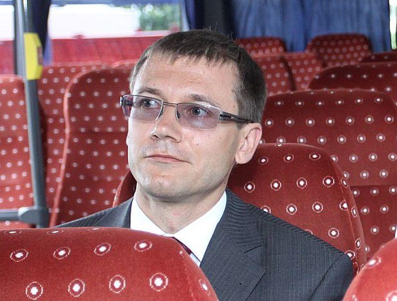 Kad pēc daudzām pārbaudēm un skandāliem 2010. gadā beidzot skolēnu autobusi bija iegādāti, toreizējais VRAA direktors Māris Krastiņš pats izmēģina, cik ērti tajos jutīsies audzēkņi.