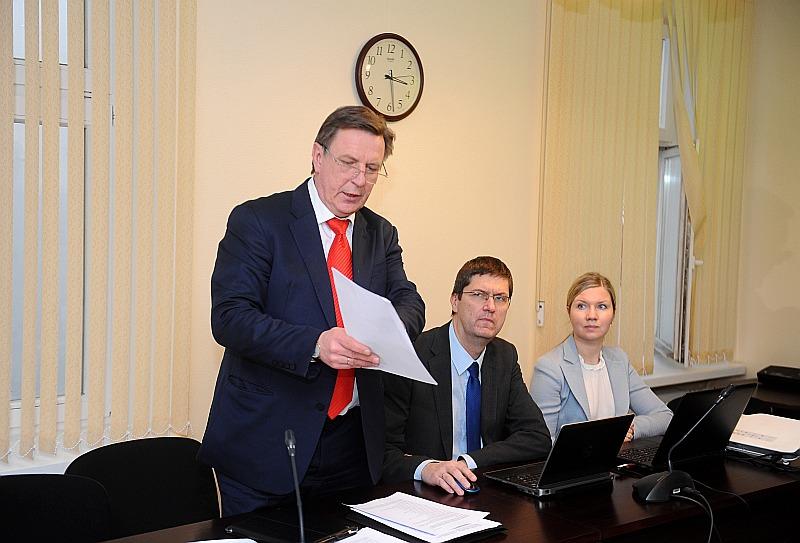 Māra Kučinska valdības deklarācijas 135 punkti nesatilpst pat desmit lapās. Par dokumenta lielo apjomu degunu rauc pat koalīcijas partneri, bet opozīcijas pārstāvji to izsmej. Attēlā M. Kučinskis (no kreisās) un Pārresoru koordinācijas centra vadītājs Pēteris Vilks deklarācijas veidošanas gaitā.