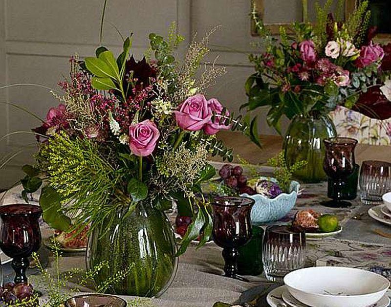 Vāzes jau pašas par sevi ir dekoratīvs interjera elements, bet, novietotas uz galda, tās jāsaskaņo ar klājumu.