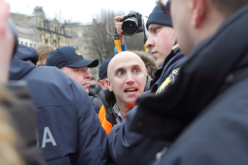 Prokrieviskais britu izcelsmes blogeris Graiems Filipss, kurš 2016. gadā mēģināja rīkot provokācijas pie Brīvības pieminekļa 16. marta leģionāru piemiņas gājiena laikā, tika aizturēts un izraidīts no Latvijas. Viņam arī tika noteikts liegums iebraukt Latvijā. Taču tā paša gada jūnijā viņš atkal iebrauca mūsu valstī un devās uz Daugavpili, ko vēlāk izrādīja bildēs interneta soctīklos.