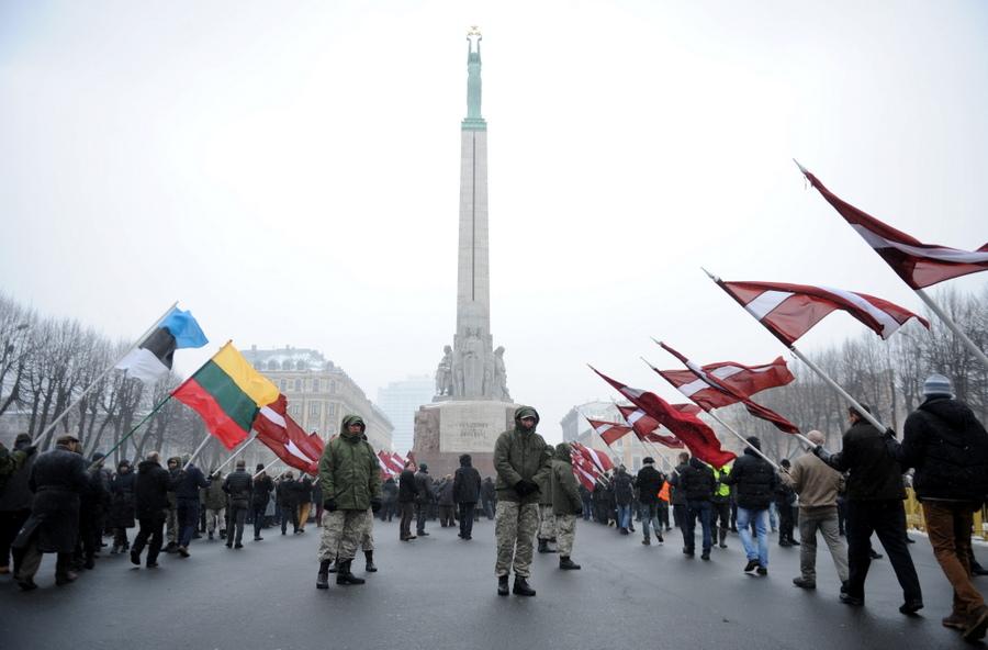 Karogu aleja pie Brīvības pieminekļa, kur tiek nolikti ziedi, godinot latviešu leģionāru piemiņu.