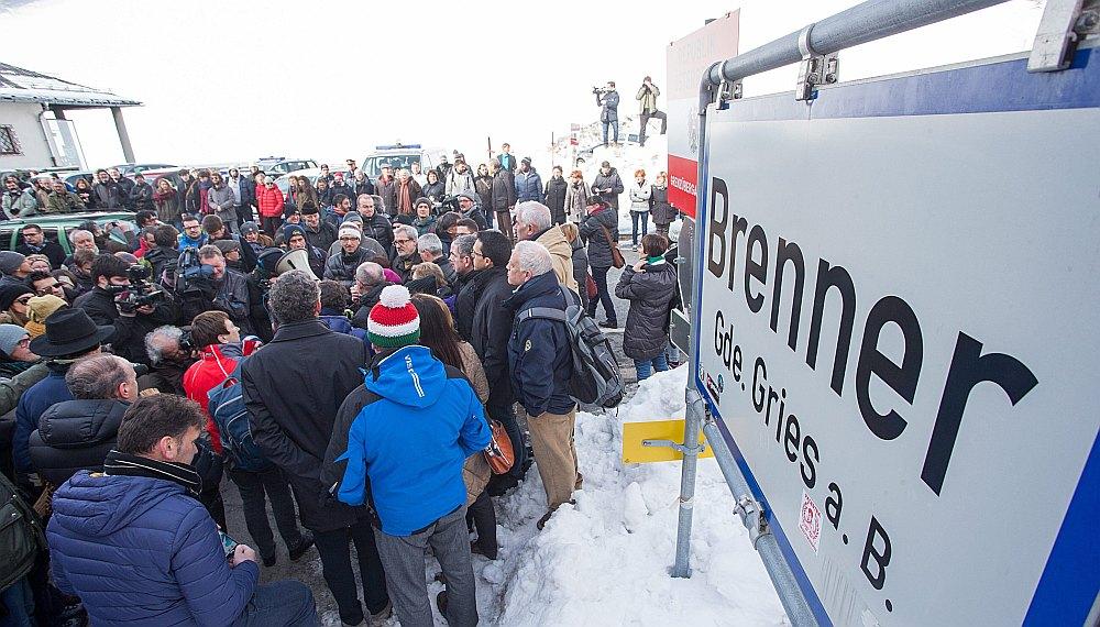 Protestētāji Itālijas pusē pie pastiprinātās robežkontroles uz Austrijas –Itālijas robežas pie Brenneras robežšķērsošanas punkta 20. februārī. Viņi pieprasa Šengenas zonas atjaunošanu.