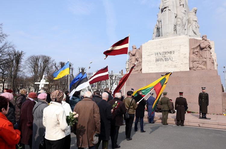 Ziedu nolikšanas ceremonija pie Brīvības pieminekļa, kas veltīta Komunistiskajai genocīda upuru piemiņas dienai.