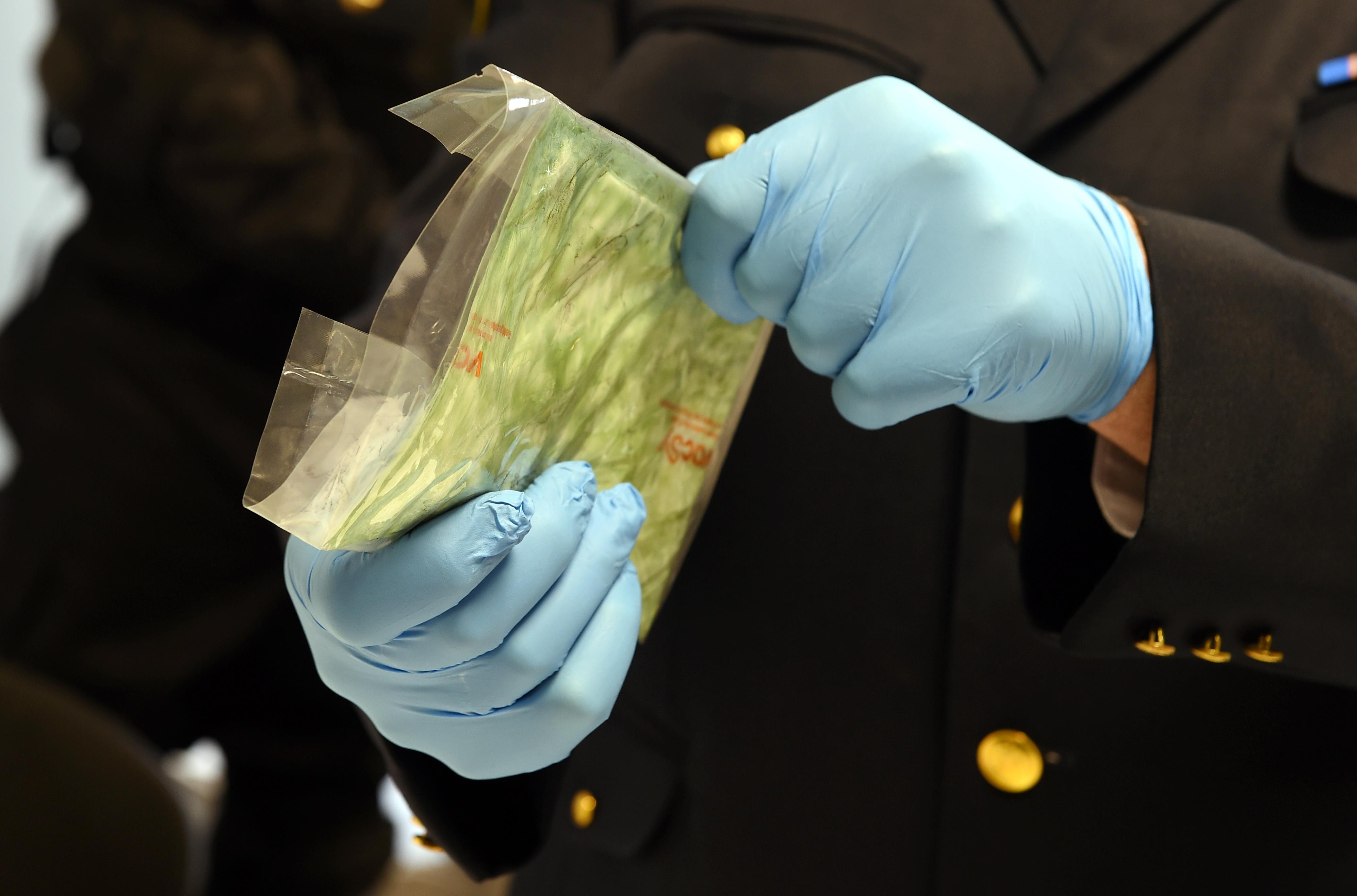 Notiek preses brīfings, kurā informē par vienu no lielākajiem kokaīna kontrabandas aizturēšanas gadījumiem – Juglas ezera krastā kokogļu kravā atrastiem 60 kilogramiem kokaīna aptuveni sešu miljonu eiro vērtībā.