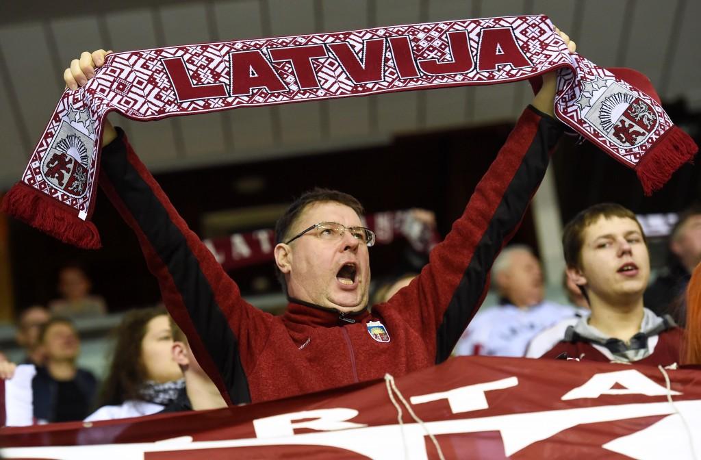 """Latvijas fani Eiropas izaicinājuma turnīra hokeja spēlē, kurā tiekas Latvijas un Baltkrievijas izlases """"Arēnā Rīga""""."""