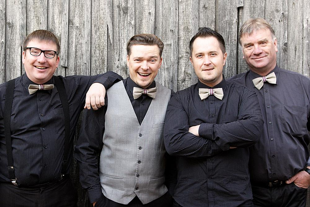 No kreisās: Rolands Stucers, Artis Šimpermanis, Gatis Lagzdenieks, Guntis Stucers.