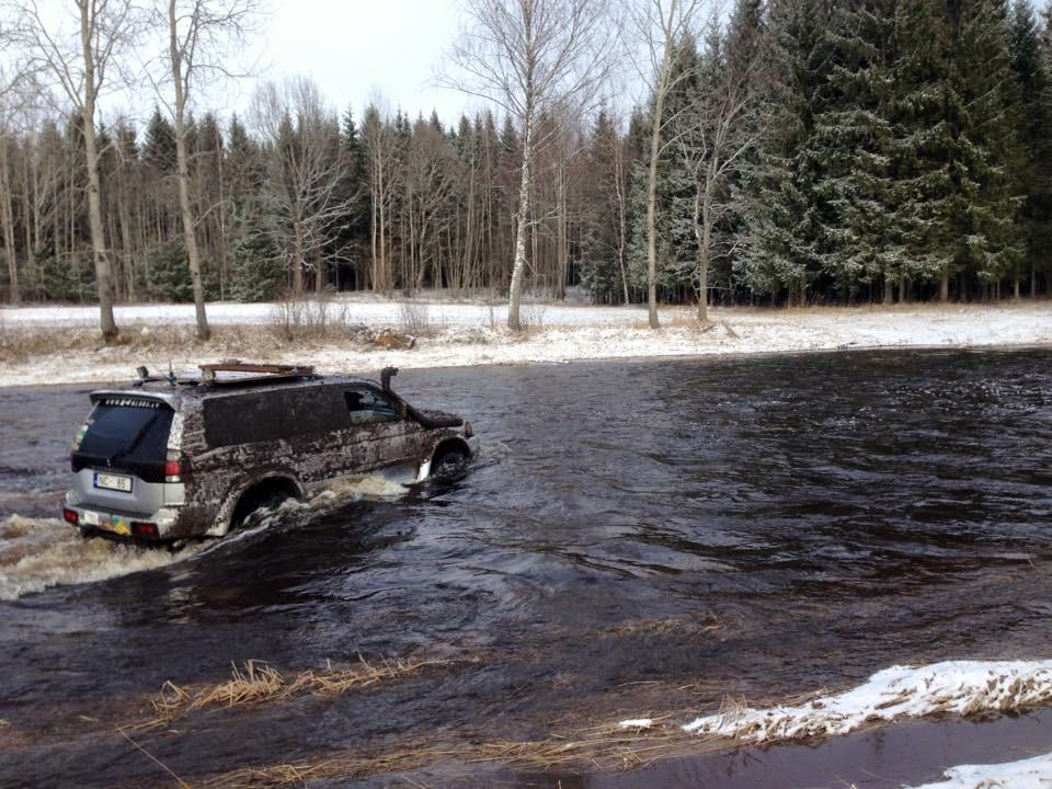 Krietnu devu adrenalīna var saņemt braucot ar džipu pa upi palu laikā.