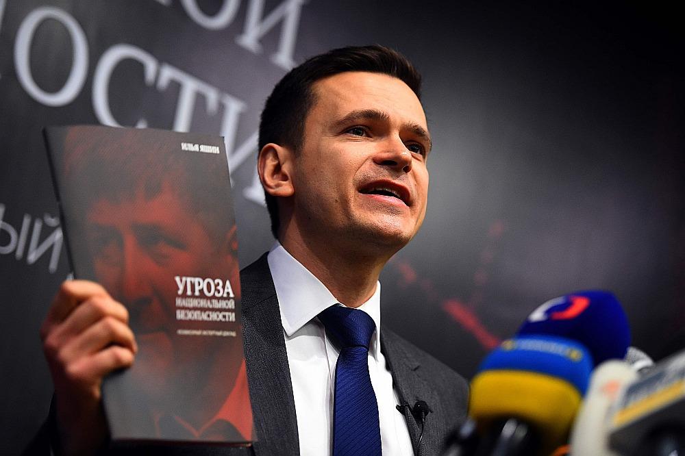 """Iļja Jašins Rīgā interesentus iepazīstināja ar ziņojumu """"Nacionālās drošības drauds"""", kas veltīts Čečenijas līderim Ramzanam Kadirovam."""
