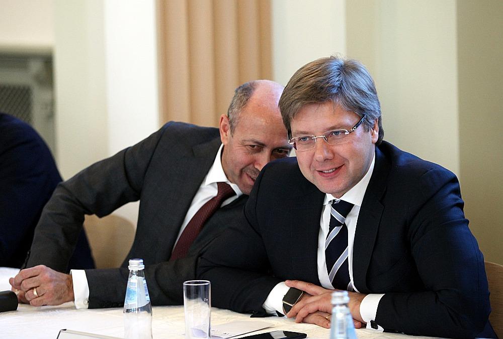 Rīgas mērs NIls Ušakovs (no labās)
