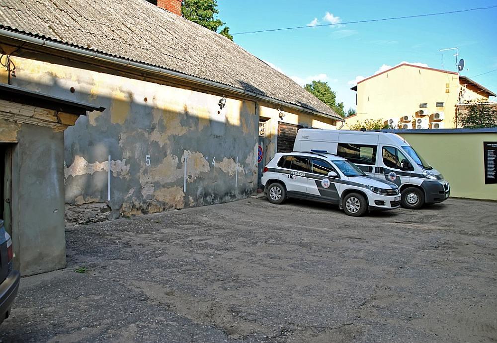 Aiz šīs sienas Cēsu Valsts policijas nodaļas pagalmā slēpjas agrākās Cēsu čekas ieslodzījumu kameras. Par tām liecina ventilācijas atveres. Cerams, ka 2018. gadā šeit būs pretošanās kustībai veltīta ekspozīcija.