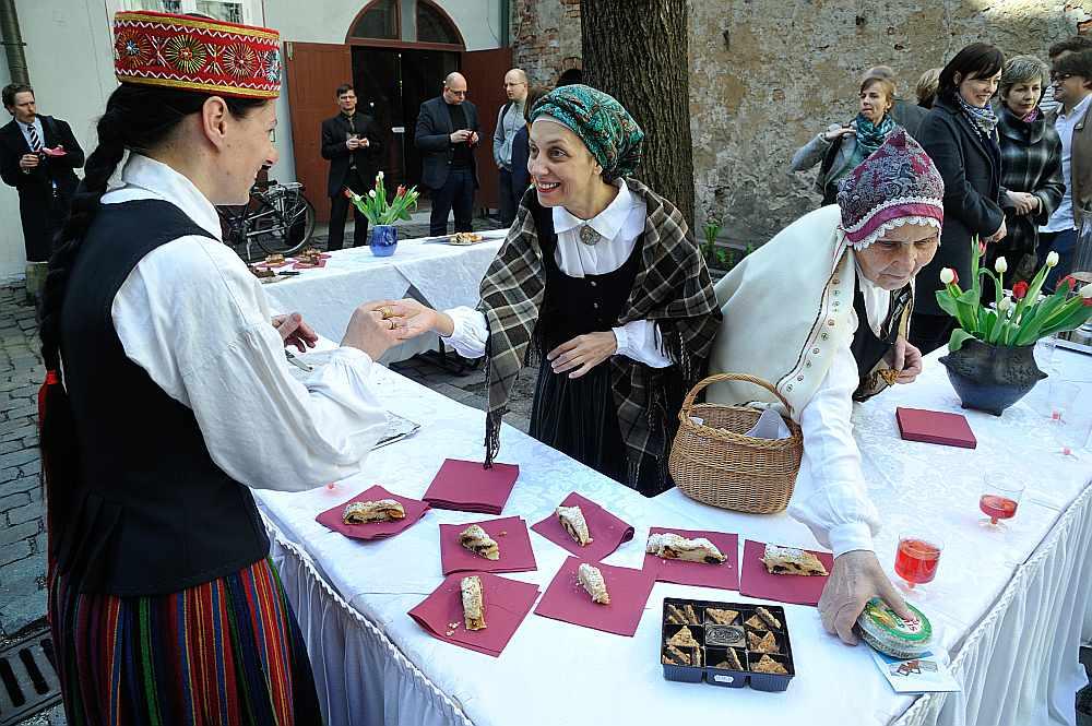 Latvijas Institūts aicināja uz Baltā galdauta svētkiem pārstāvjus no uzņēmumiem un organizācijām, kas strādā Doma laukuma apkaimē. Savukārt rīt, Latvijas valsts svētkos, šo tradīciju iesāks gandrīz 70 Latvijas pašvaldībās.