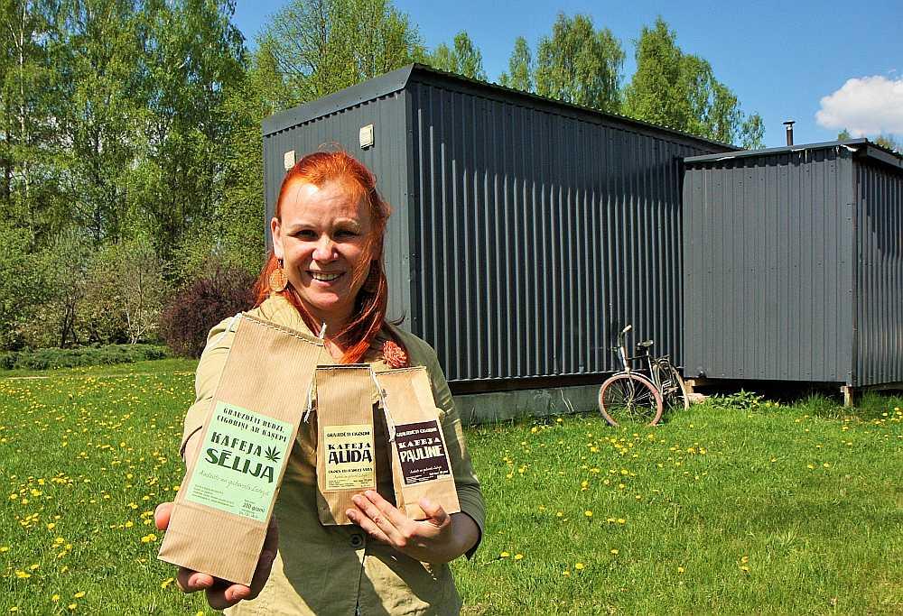 Kafijai ir jābūt gan smaržai, gan garšai, gan krāsai! No kilograma cigoriņu pēc izkaltēšanas paliek pāri tikai 150 grami, no burkāniem vēl mazāk – 70 grami. Gadā Jolanta Kovnacka savā kafijas fabrikā pārstrādā 7 – 9 tonnas cigoriņu.