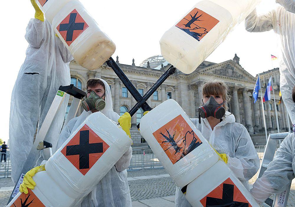 Aktīvistu akcija Briselē pret glifosāta lietošanu.