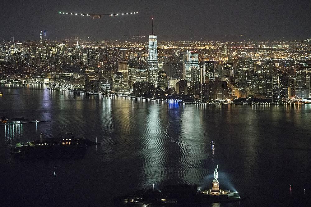 """11. jūnijā ar saules enerģiju darbināmā lidmašīna """"Solar Impulse"""" nolaidās Džona Kenedija lidlaukā Ņujorkā, bet vakar devās lidojumā pāri Atlantijas okeānam."""