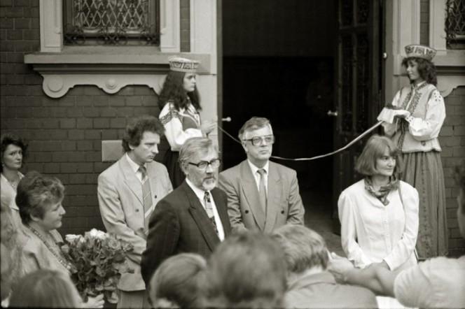 """""""Dauderu"""" atklāšana 1990. gadā.  Gaidis Graudiņš centrā, līdzās tābrīža kultūras ministram Raimondam Paulam."""