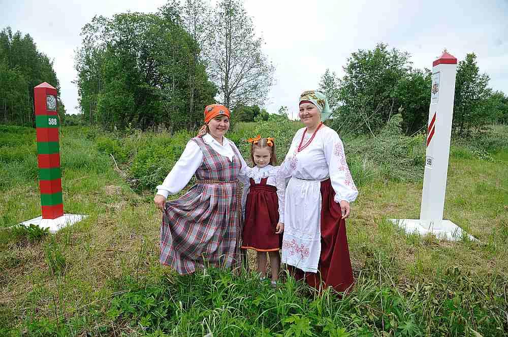 Māsas Ludmila Uglovska (no kreisās) un Tatjana Steklova, kā arī Ludmilas meitiņa Nastja dejo kopš bērnības.