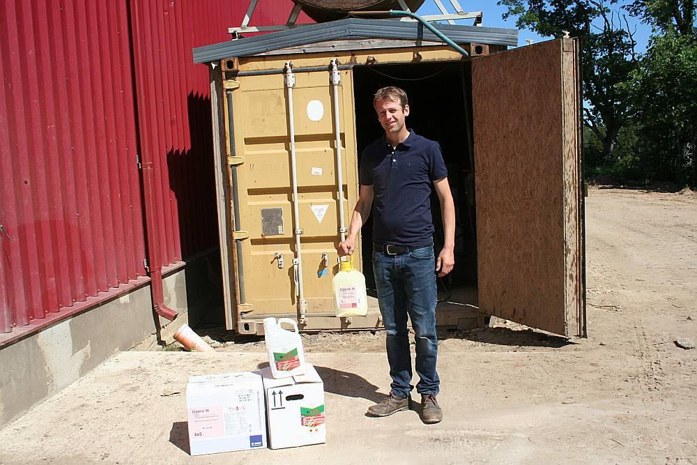 """Gaiķu pagasta zemnieku saimniecības """"Rapšu lauks"""" īpašniekam Markusam Šultem-Hoetem 6. jūnijā no aizslēgta kuģu konteinera nozaga dažādas augu aizsardzības ķimikālijas, ko garnadži sakrāmēja turpat nolūkotā piekabē, piekabināja savam vieglajam automobilim un aizvilka."""