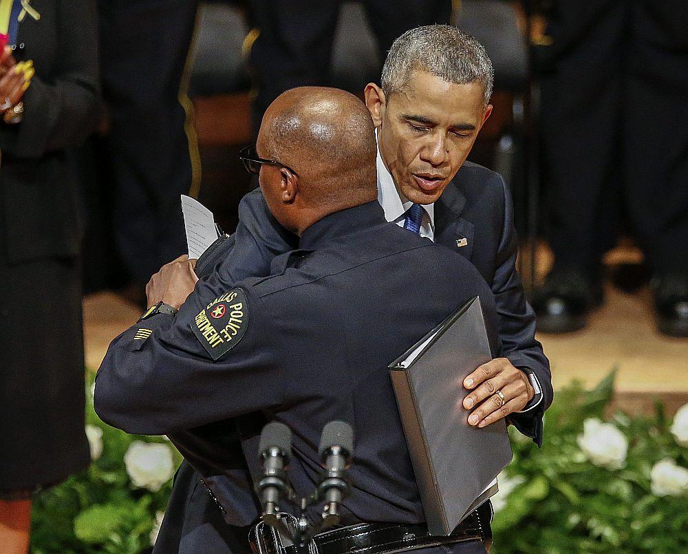 ASV prezidents Baraks Obama izsaka līdzjūtību Dalasas policijas departamenta šefam Deividam Braunam pieciem kritušajiem Dalasas policistiem veltītajā piemiņas brīdī.